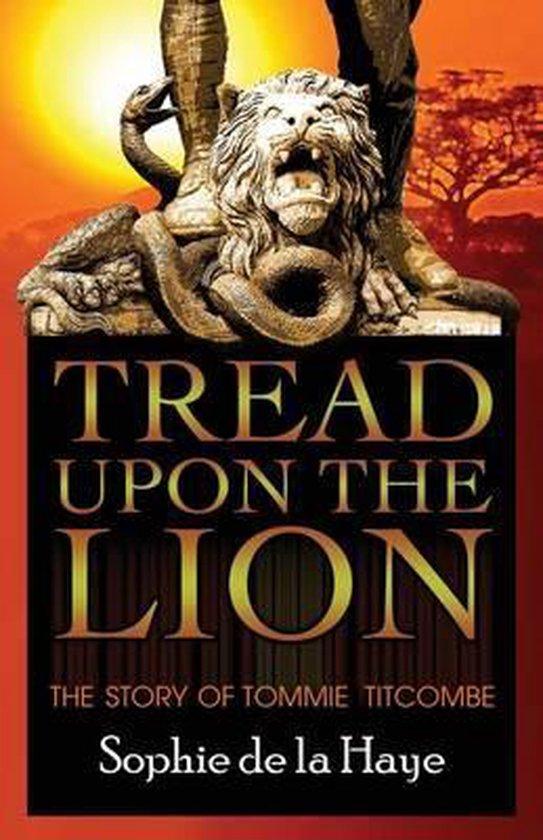 Boek cover Tread Upon the Lion the Story of Tommie Titcombe van Sophie de La Haye (Paperback)