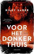Boek cover Voor het donker thuis van Riley Sager (Paperback)