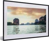Foto in lijst - Uitzicht op de rotsen in het Nationaal Park Ao Phang Nga in Thailand fotolijst zwart met witte passe-partout 60x40 cm - Poster in lijst (Wanddecoratie woonkamer / slaapkamer)