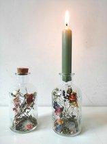 droogbloemen in glas met kaarsjes- 2 flesjes droogbloemen met thym groenen kaarsen- en 2 kurkjes