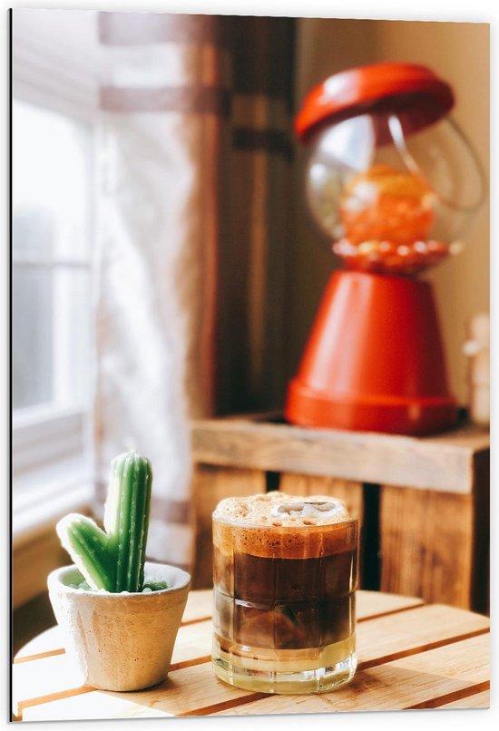 Dibond - Drankje + Cactus op Tafel  - 60x90cm Foto op Aluminium (Wanddecoratie van metaal)