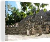 Piramide van de Maya stad Calakmul in de bossen Canvas 140x90 cm - Foto print op Canvas schilderij (Wanddecoratie woonkamer / slaapkamer)