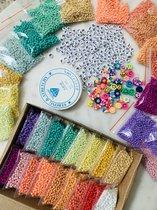 DIY - Rocailles kralen pakket | 3mm | Rainbow box | Letterkralen | Smiley polymeer kralen | Sieraden maken | Sieraad materiaal | 12000 kralen