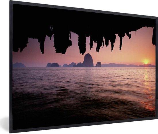 Poster met lijst Nationaal park Ao Phang-Nga - Uitzicht over het water met een roze hemel bij het Nationaal Park Ao Phang Nga fotolijst zwart - fotolijst zwart - 60x40 cm - Poster met lijst