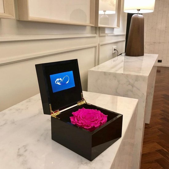 ROSES BY ROSES® - Luxe Video Flowerbox met HD scherm en 1 Longlife XXL Roos Rood - ''Een Persoonlijke Videoboodschap Uploaden'' voor Valentijnsdag, een Bruiloft, een Verjaardag, een Jubileum, moederdag of vaderdag. Een uniek cadeau!