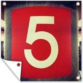 Het getal 5 op een rode ondergrond Tuinposter 100x100 cm - Tuindoek / Buitencanvas / Schilderijen voor buiten (tuin decoratie)