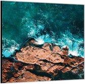 Dibond –Helderblauwe Zee bij de Rotsen– 100x100 Foto op Aluminium (Wanddecoratie van metaal)