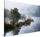 Een reflectie van de Redwood forest in het water Canvas 90x60 cm - Foto print op Canvas schilderij (Wanddecoratie woonkamer / slaapkamer)