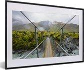 Poster met lijst Nationaal park Mount Aspiring - Hangbrug in het Nationaal park Mount Aspiring in Oceanië fotolijst zwart met witte passe-partout - fotolijst zwart - 60x40 cm - Poster met lijst