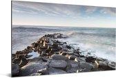 De wilde zee over de Giants Causeway in Noord-Ierland Aluminium 90x60 cm - Foto print op Aluminium (metaal wanddecoratie)