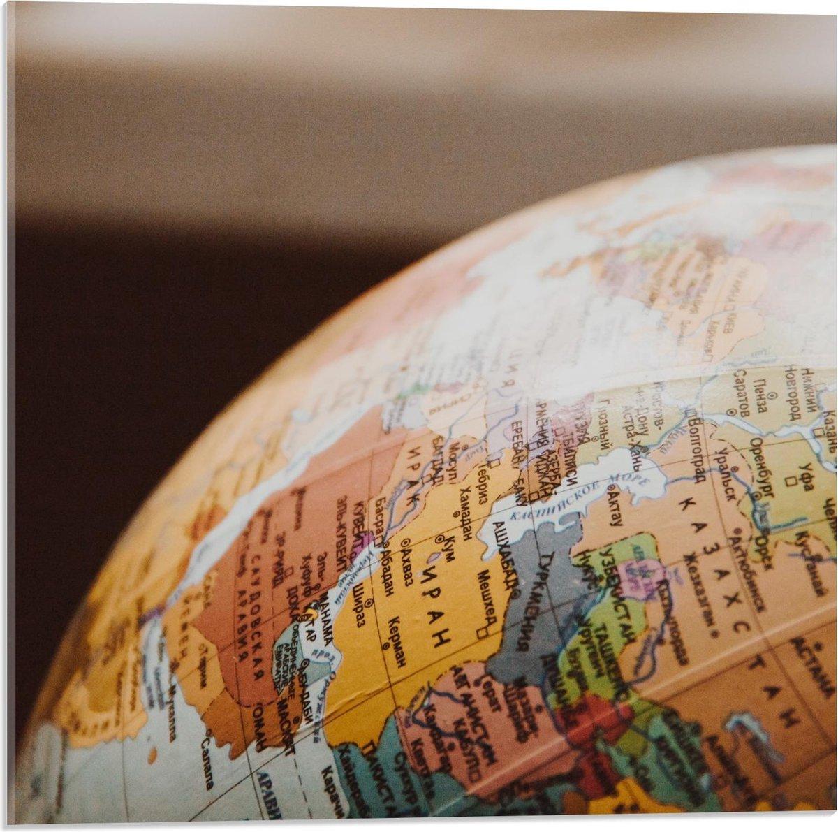 Plexiglas - Close-Up van een Wereldbol - 50x50cm Foto op Plexiglas (Met Ophangsysteem)