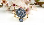 Ring in roos goud gezet met blauwe saffier en diamant