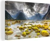 Donkere wolken boven Nationaal park Fiordland in Oceanië Canvas 30x20 cm - klein - Foto print op Canvas schilderij (Wanddecoratie woonkamer / slaapkamer)