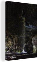 Donkere grot in het Nationaal park Kahurangi in Oceanië Canvas 80x120 cm - Foto print op Canvas schilderij (Wanddecoratie woonkamer / slaapkamer)