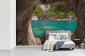 Fotobehang Marble grotten in Chili - Uitzicht vanuit  Marble Caves op  groene natuur fotobehang vinyl breedte 450 cm x hoogte 300 cm - Foto print op vinyl behang (in 7 formaten beschikbaar) - slaapkamer/woonkamer/kantoor