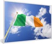 Foto in lijst - Vlag van Ierland op een zonnige middag fotolijst wit 60x40 cm - Poster in lijst (Wanddecoratie woonkamer / slaapkamer)