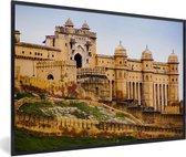 Foto in lijst - Vooraanzicht van het Fort Amber in India fotolijst zwart 60x40 cm - Poster in lijst (Wanddecoratie woonkamer / slaapkamer)