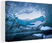 Uitzicht op de IJslandse bergen vanuit de Vatnajökull ijsgrot Canvas 60x40 cm - Foto print op Canvas schilderij (Wanddecoratie woonkamer / slaapkamer)
