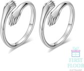 Knuffelring - Set van 2 -  Vriendschapsring - Ringenset - Hug Ring – Omhelzing - Ring Handen Knuffel - Verstelbaar - Zilverkleur - Cadeau Vriendschap - Cadeau Moeder Dochter - Cadeau Zussen - Cadeau Vriendinnen - FirstFloor Giftshop