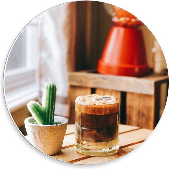 Forex Wandcirkel - Drankje + Cactus op Tafel  - 30x30cm Foto op Wandcirkel (met ophangsysteem)