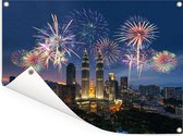 Prachtig vuurwerk boven Kuala Lumpur en de Petronas Towers Tuinposter 160x120 cm - Tuindoek / Buitencanvas / Schilderijen voor buiten (tuin decoratie) XXL / Groot formaat!