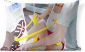 Buitenkussens - Tuin - Een fysiotherapeut laat een vrouw oefeningen doen - 50x30 cm