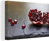 Close up van een granaatappel Canvas 60x40 cm - Foto print op Canvas schilderij (Wanddecoratie woonkamer / slaapkamer)