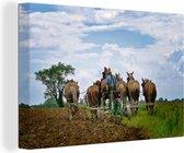 Canvas Schilderijen - Een Amish boer ploegt met paarden zijn land om - 60x40 cm - Wanddecoratie