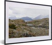 Foto in lijst - Mooie gebergtes van het Nationaal park Tierra del Fuego fotolijst zwart met witte passe-partout klein 40x30 cm - Poster in lijst (Wanddecoratie woonkamer / slaapkamer)