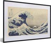 Foto in lijst - Grote golf bij Kanagawa - Schilderij van Katsushika Hokusai fotolijst zwart met witte passe-partout 60x40 cm - Poster in lijst (Wanddecoratie woonkamer / slaapkamer)