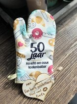 Ovenhandschoen met de tekst `50 jaar Nu echt een ouwe koekenbakker.`+ hartje Liefs / 50 jaar / abraham / sarah