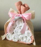 Luiertaart driehoek small roze   kraamcadeau   babyshower   kraamfeest