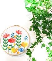 Bloemen Borduurpakket Voorjaarsbloemen   Vrolijk borduurpakket voor beginners   Inclusief Aida stof DMC garen Borduurring Instructies en Telpatroon   Bloemen borduren