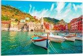 Plexiglas - Vissersboot aan Berg in Italië  - 120x80cm Foto op Plexiglas (Met Ophangsysteem)