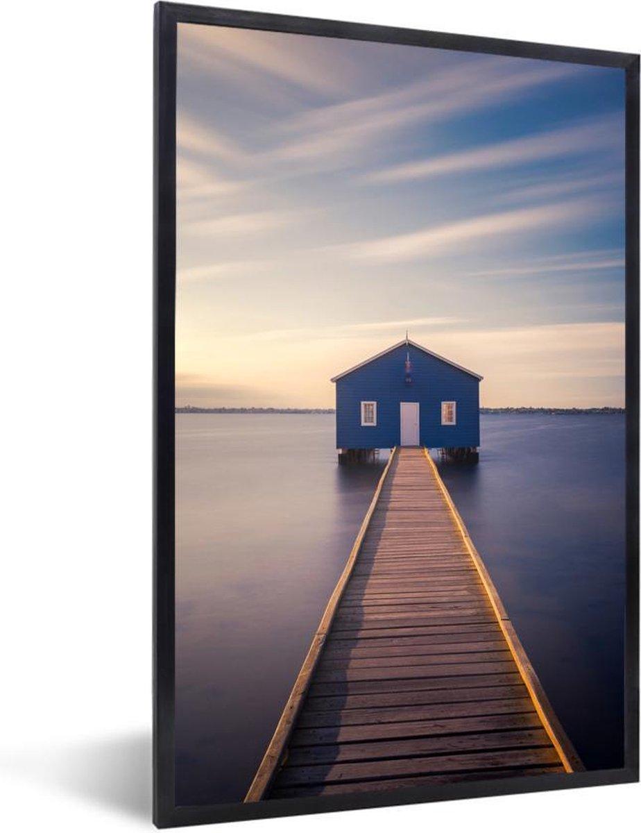 Foto in lijst - Zonsondergang boven een blauw boothuis fotolijst zwart zonder passe partout 80x120 cm - Poster in lijst (Wanddecoratie woonkamer / slaapkamer) / Zee en Strand