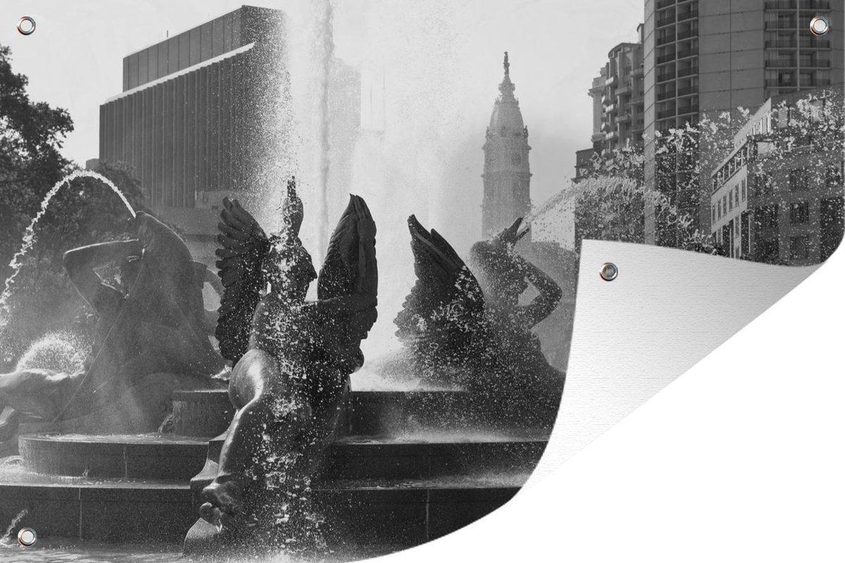 Muurdecoratie Fascinerende fontein op Logan Square in Philadelphia - zwart wit - 180x120 cm - Tuinposter