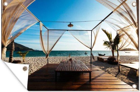 Uitzicht vanaf een tropisch strand op een lichtblauwe hemel Tuinposter 90x60 cm - Tuindoek / Buitencanvas / Schilderijen voor buiten (tuin decoratie) / Zee en Strand