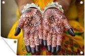 Indiase bruid haar handen zijn getatoeëerd met henna tuinposter 180x120 cm - Tuindoek / Buitencanvas / Schilderijen voor buiten (tuin decoratie) XXL / Groot formaat!
