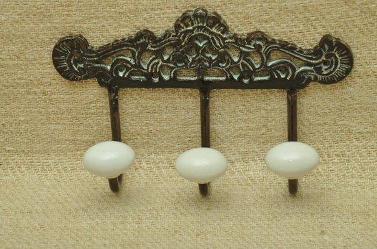 ophanghaken 3 bij elkaar, Antic Finish met 3 wit porseleinen knoppen  19xH11 cm