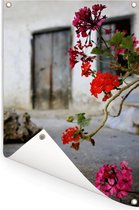 Geranium bloemen op straat Tuinposter 80x120 cm - Tuindoek / Buitencanvas / Schilderijen voor buiten (tuin decoratie)