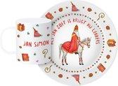 Sinterklaasservies met naam - uniek en persoonlijk eetsetje met bord en beker voor een zoet kind - handgeschilderd Sinterklaascadeau met de Sint, Amerigo en diverse decemberdecoraties - kunststof - in aquarel