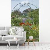 Huis van Monet met kleurrijke bloemen in de tuin in het Franse Giverny fotobehang vinyl breedte 180 cm x hoogte 270 cm - Foto print op behang (in 7 formaten beschikbaar)