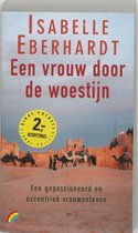 Boek cover Een vrouw door de woestijn van Isabelle Eberhardt (Paperback)