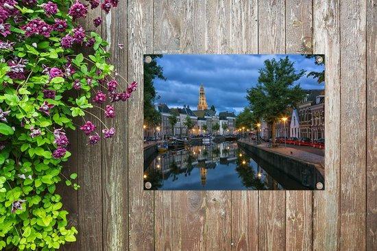 Schemering bij de grachten van Groningen in Nederland Tuinposter 80x60 cm - Tuindoek / Buitencanvas / Schilderijen voor buiten (tuin decoratie)