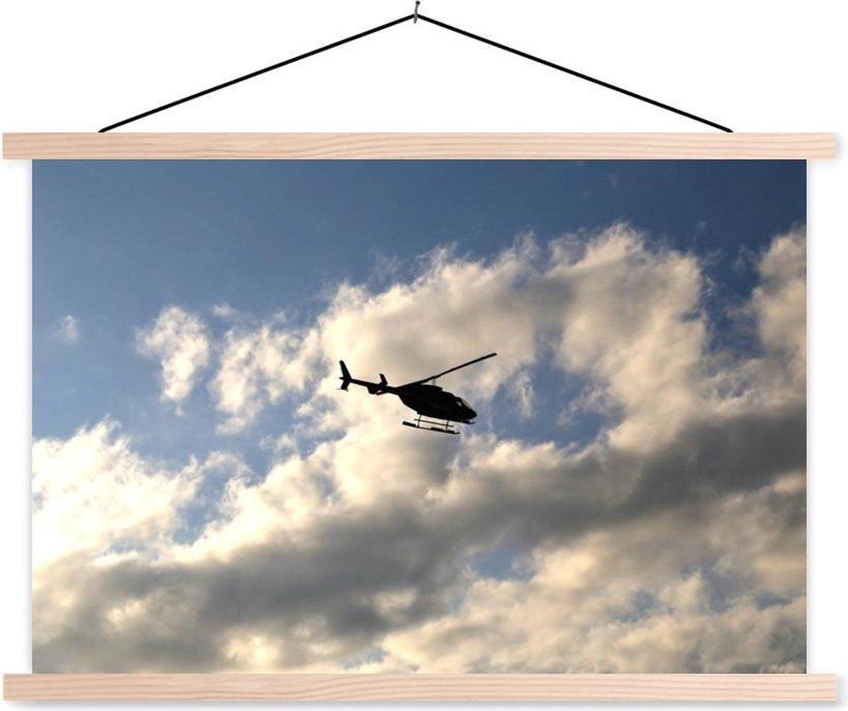Silhouet van een helikopter die in een bewolkte hemel vliegt textielposter 150x100 cm