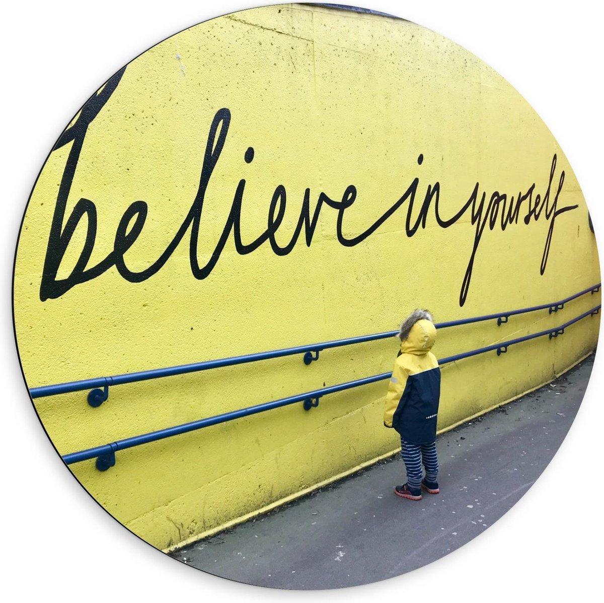 Dibond Wandcirkel - Jongentje voor Muur met Tekst Believe in Yourself - 60x60cm Foto op Aluminium Wandcirkel (met ophangsysteem)