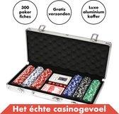 Pokerset 300 Pokerfiches Deluxe - Luxe Aluminium Koffer – 5 Dobbelstenen – 1 Pokerbutton - Pokerkoffer (300 Poker chips) - Blackjack Speelkaarten Volwassenen – Toernooi Pokerkaarten – Casinoset Kopen – Poker Cards Strip pokeren - Texas Hold'Em