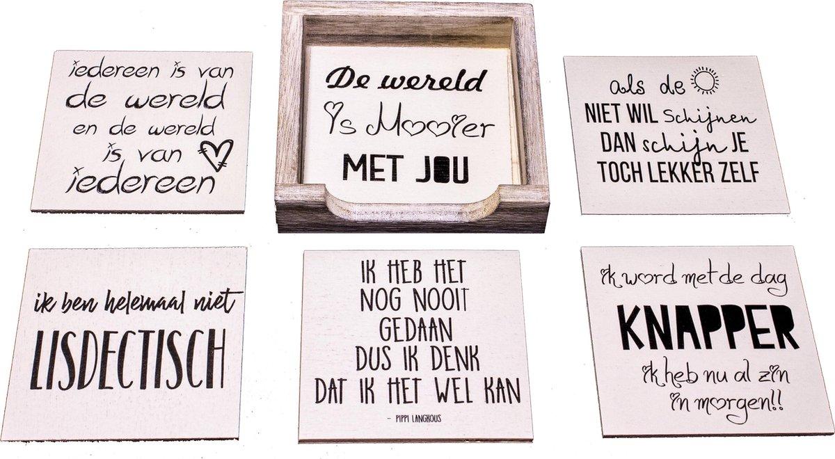 Originele Grappige Onderzetters Witte Set 14, 6 stuks met een houder van FSC-gecertificeerd hout - DeLeuksteOnderzetters.nl