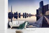Fotobehang vinyl - De Burj Khalifa weerspiegeld in het water breedte 540 cm x hoogte 360 cm - Foto print op behang (in 7 formaten beschikbaar)