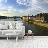 Fotobehang vinyl - Uitzicht op Maastricht langs de Maas in Nederland breedte 480 cm x hoogte 360 cm - Foto print op behang (in 7 formaten beschikbaar)